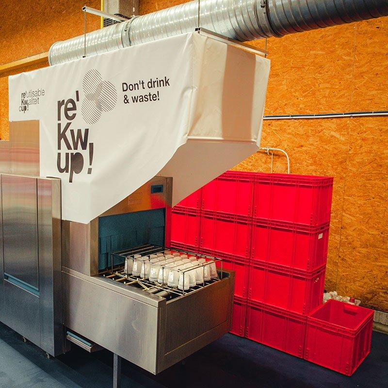 Rekwup possède plusieurs machines professionnelles de lavage et séchage pour ses verres et gobelets réutilisables